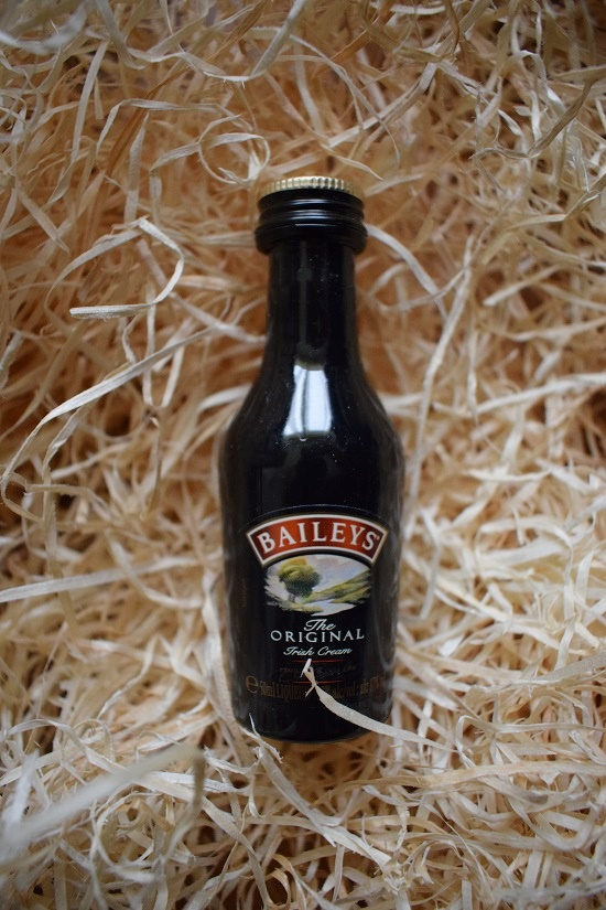 Brandnooz Box Dezember Baileys Fläschchen Probenqueen