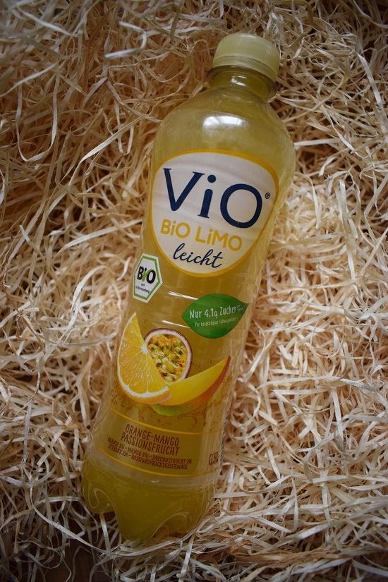 Brandnooz Box Dezember Vio Bio Limo leicht Flasche Probenqueen