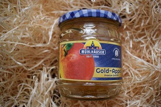 Glas mit Mühlhäuser Marmelade Gold-Appel mit Etikett Vorderansicht