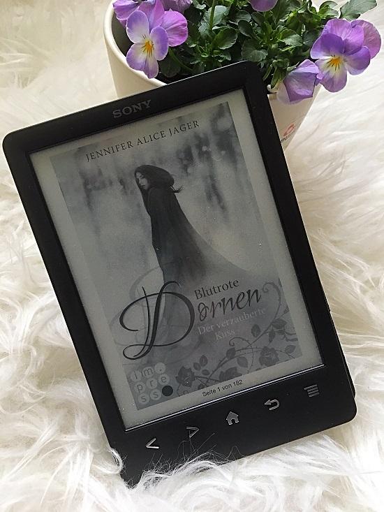Blutrote Dornen Cover auf Ebook von Probenqueen mit Blumen im Hintergrund