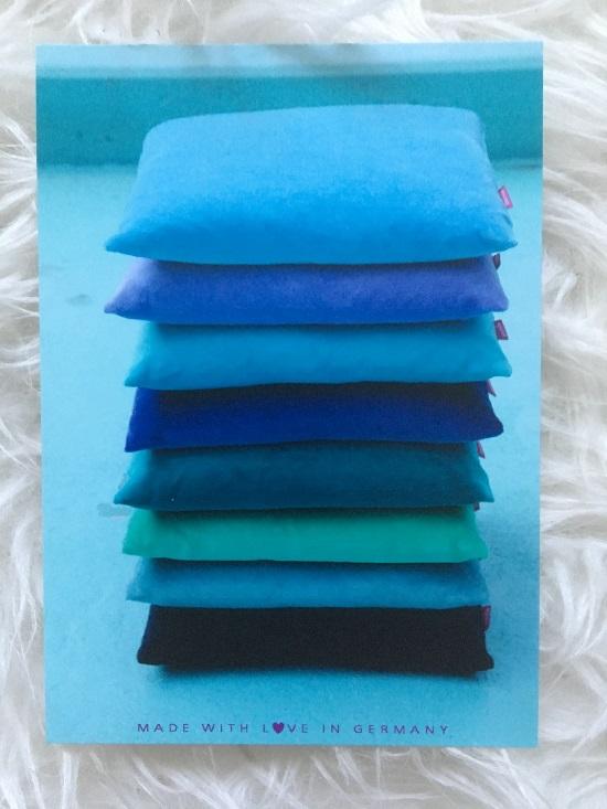 Farbenfreunde Postkarte mit Kissen in verschiedenen blauen Farben www.probenqueen.de