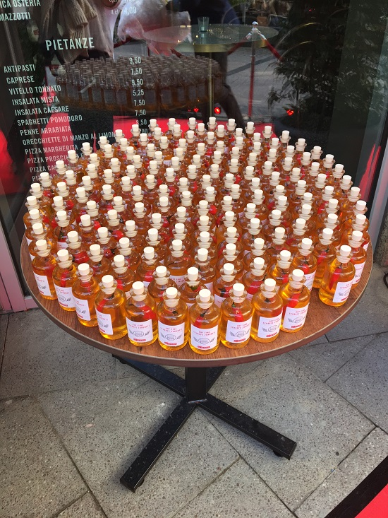 Losteria Kennedyplatz Chiliöl in Flaschen auf einem Tisch www.probenqueen.de
