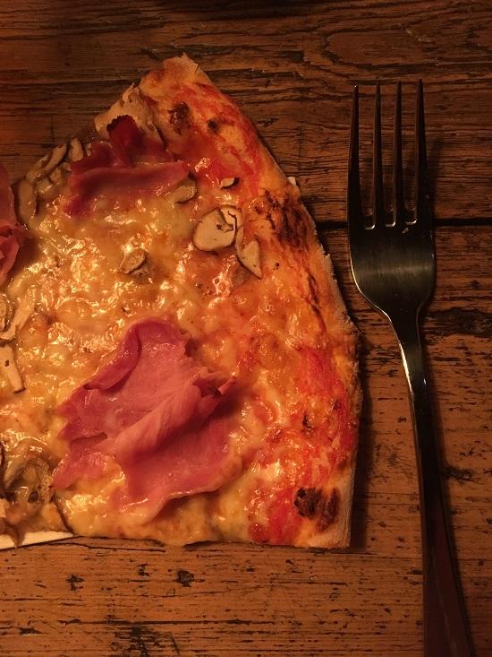 Losteria Kennedyplatz Stück Pizza mit Gabel auf Tisch www.probenqueen.de