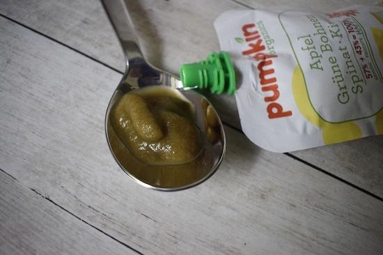 Pumpkin Organics Quetschies Inhalt auf Teelöffel plus Quetschbeutel www.probenqueen.de