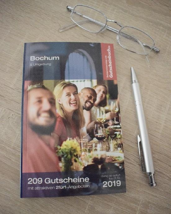 Gutscheinbuch Bochum und Umgebung Cover mit Brille und Kugelschreiber