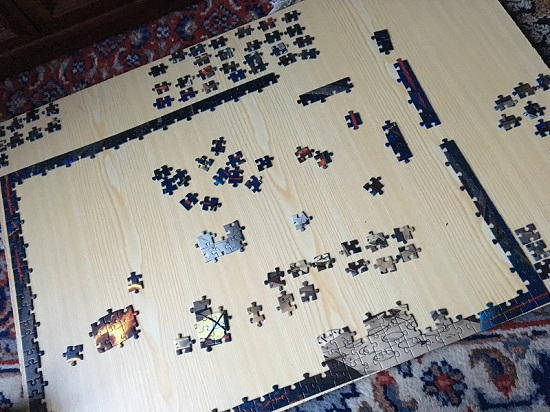 Ravensburger Exit Puzzle Rahmen auf Spanplatte mit Puzzleteilen